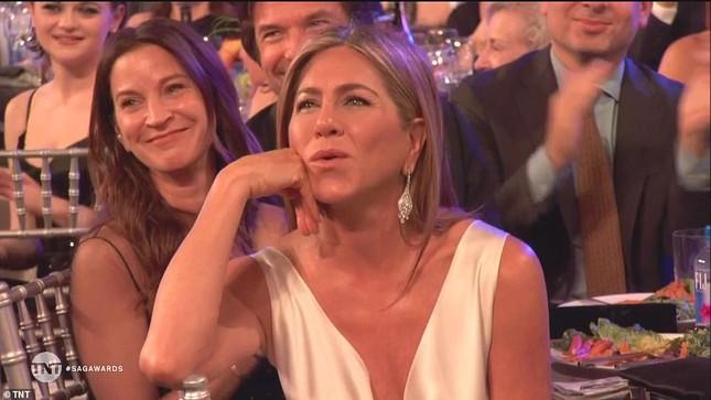 Jennifer Aniston 'quên' nội y, mừng rỡ ôm chồng cũ Brad Pitt ảnh 8