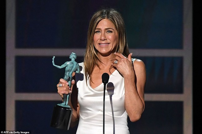 Jennifer Aniston 'quên' nội y, mừng rỡ ôm chồng cũ Brad Pitt ảnh 10