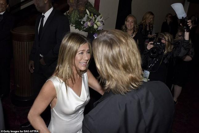 Jennifer Aniston 'quên' nội y, mừng rỡ ôm chồng cũ Brad Pitt ảnh 3