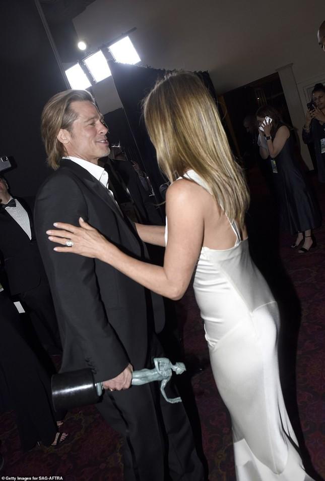 Jennifer Aniston 'quên' nội y, mừng rỡ ôm chồng cũ Brad Pitt ảnh 5