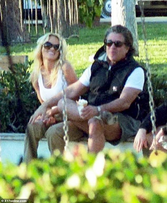 'Quả bom gợi cảm' Pamela Anderson bí mật cưới người tình 74 tuổi ảnh 13