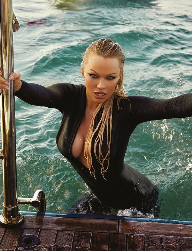 'Quả bom gợi cảm' Pamela Anderson bí mật cưới người tình 74 tuổi ảnh 9