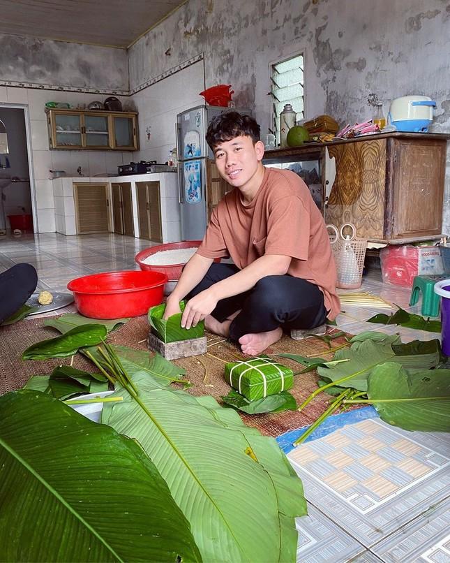Quế Ngọc Hải, Văn Toàn và cầu thủ Việt gói bánh chưng bên gia đình ảnh 2