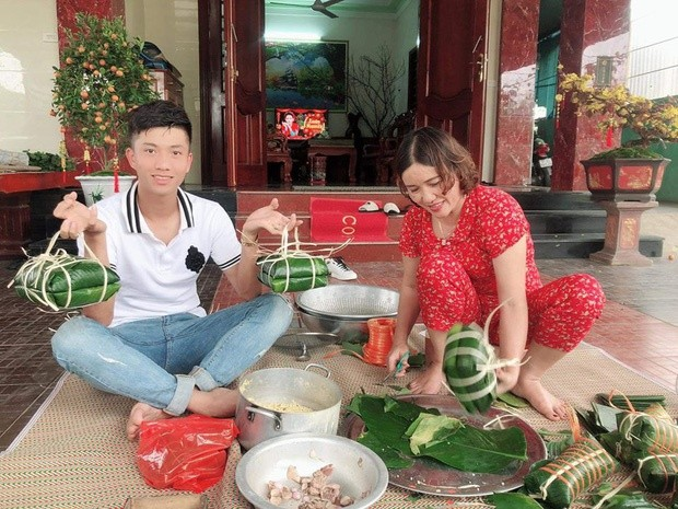 Quế Ngọc Hải, Văn Toàn và cầu thủ Việt gói bánh chưng bên gia đình ảnh 4