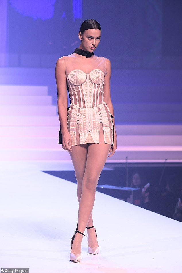 Irina Shayk diện váy siêu ngắn ôm sát đường cong tuyệt mỹ ảnh 3