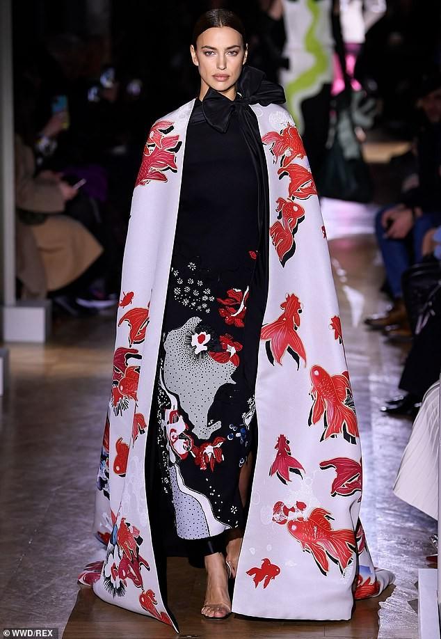 Irina Shayk diện váy siêu ngắn ôm sát đường cong tuyệt mỹ ảnh 8