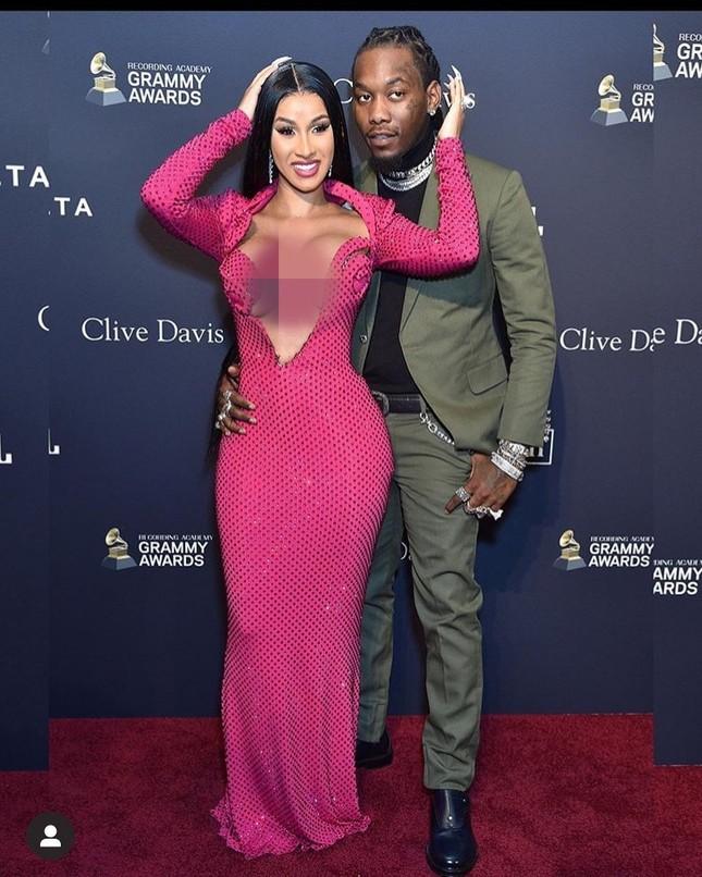 Đỏ mặt thấy nữ rapper nổi loạn Cardi B hở ngực bạo tại tiệc tiền Grammy ảnh 4
