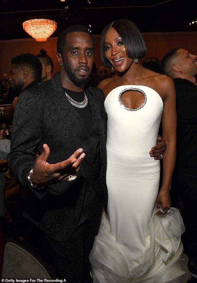 Đỏ mặt thấy nữ rapper nổi loạn Cardi B hở ngực bạo tại tiệc tiền Grammy ảnh 9