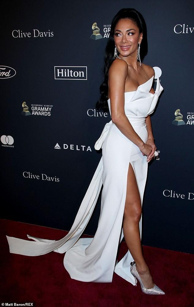 Đỏ mặt thấy nữ rapper nổi loạn Cardi B hở ngực bạo tại tiệc tiền Grammy ảnh 10