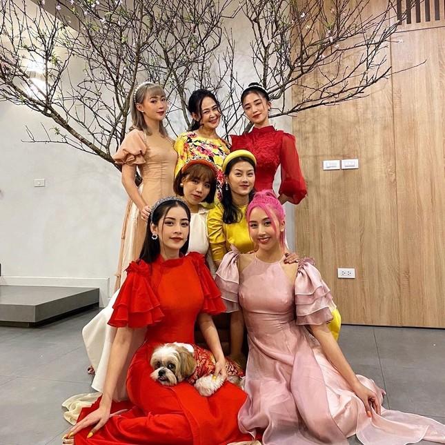 Chi Pu và hội bạn thân xinh đẹp bên cây đào đón xuân ảnh 4