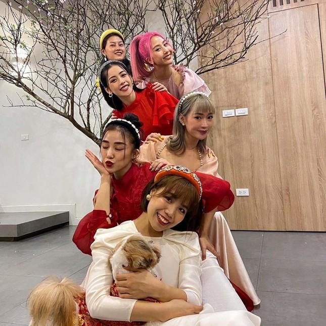 Chi Pu và hội bạn thân xinh đẹp bên cây đào đón xuân ảnh 5