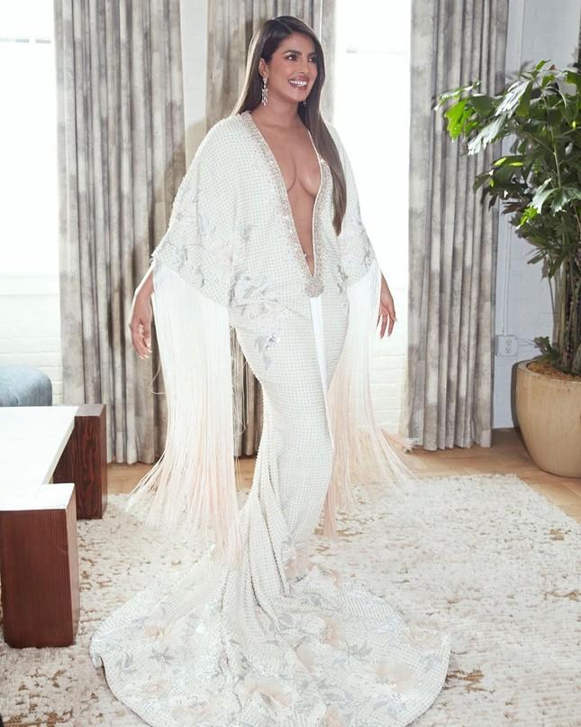 Hoa hậu thế giới Priyanka Chopra váy xẻ sâu bất tận, tình tứ bên chồng ảnh 1