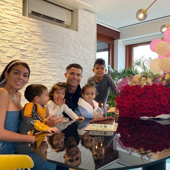 Bạn gái Ronaldo ngực đầy quyến rũ trong tiệc mừng sinh nhật 26 tuổi ảnh 1