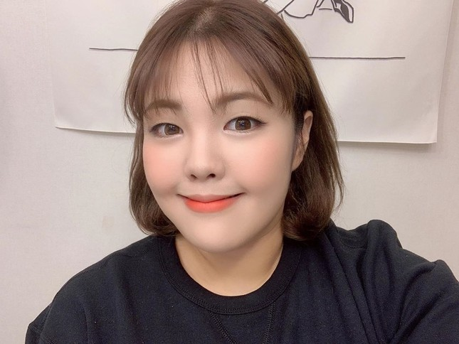 'Thánh ăn Hàn Quốc' dạo chơi Hà Nội, được nhắc đeo khẩu trang phòng corona ảnh 5
