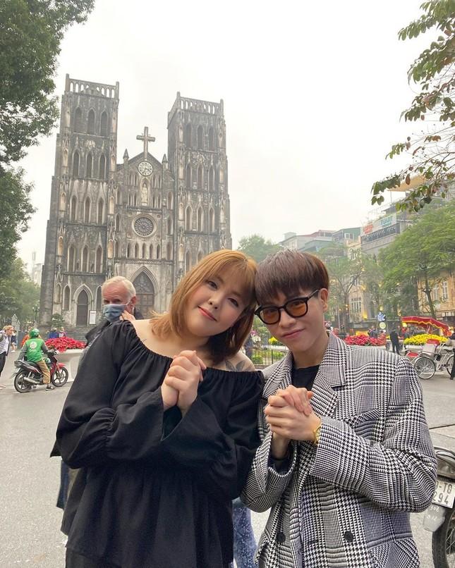 'Thánh ăn Hàn Quốc' dạo chơi Hà Nội, được nhắc đeo khẩu trang phòng corona ảnh 3