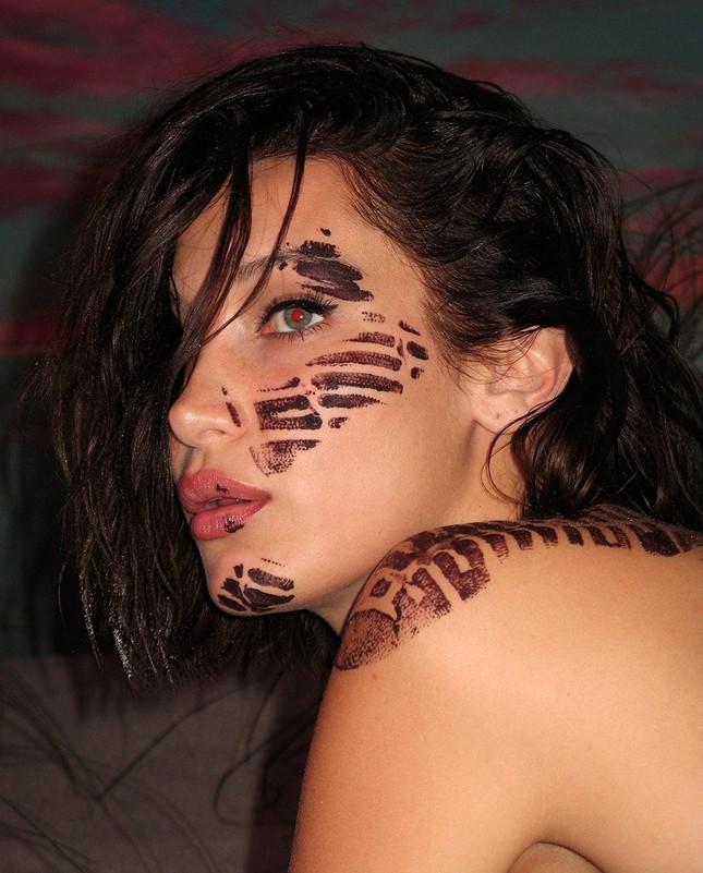 Bella Hadid nóng bỏng với sắc vóc cuốn hút mê hoặc ảnh 17