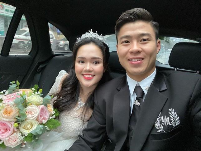 Vợ chồng Duy Mạnh, bạn gái Đức Chinh, Hòa Minzy háo hức đón Valentine ảnh 1