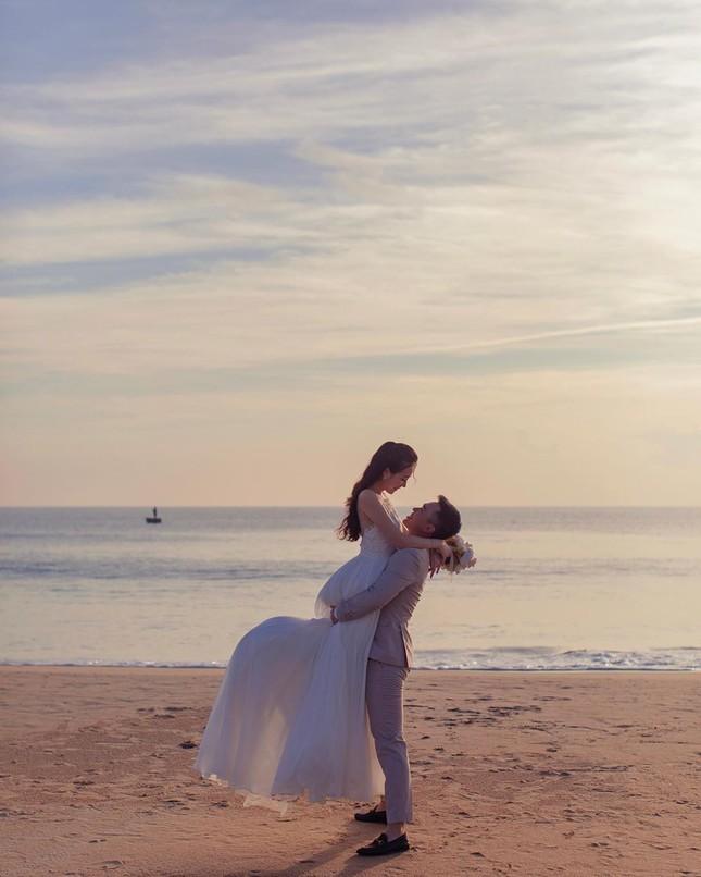 Vợ chồng Duy Mạnh, bạn gái Đức Chinh, Hòa Minzy háo hức đón Valentine ảnh 14