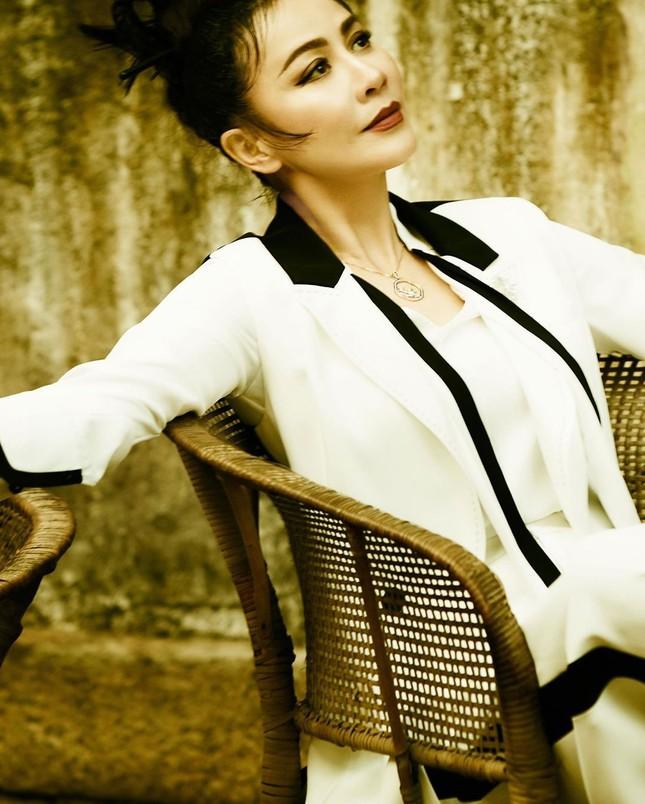 'Nữ hoàng màn ảnh' Lưu Gia Linh U60 vẫn quyến rũ lạ kỳ ảnh 6