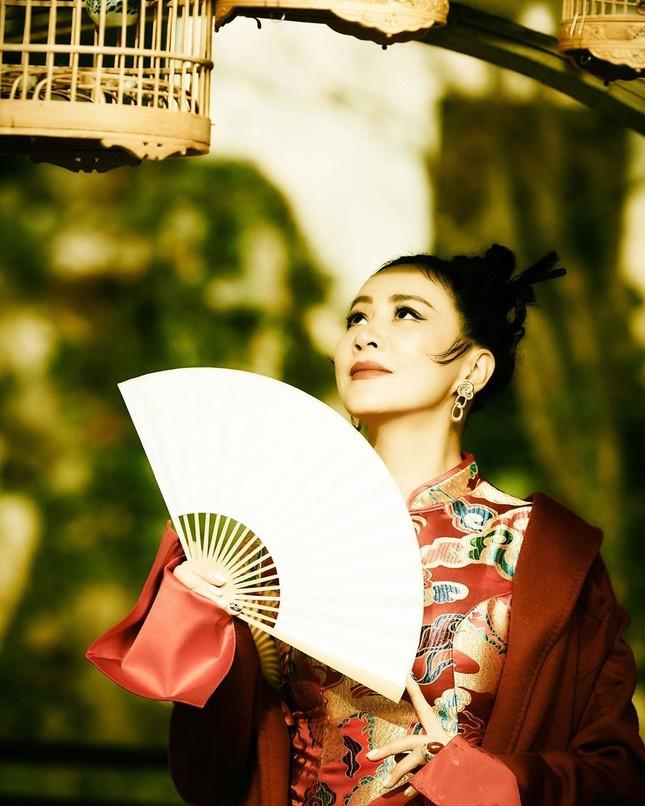 'Nữ hoàng màn ảnh' Lưu Gia Linh U60 vẫn quyến rũ lạ kỳ ảnh 5