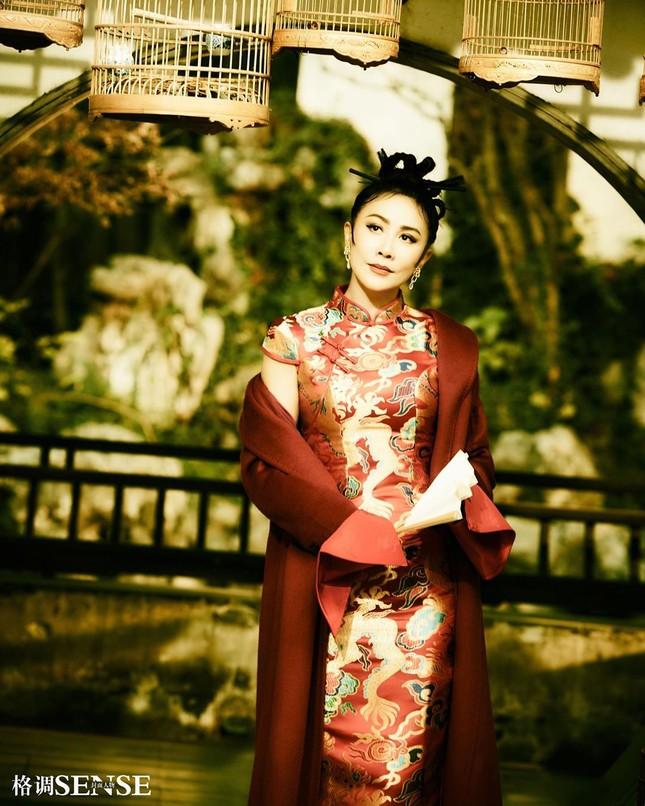 'Nữ hoàng màn ảnh' Lưu Gia Linh U60 vẫn quyến rũ lạ kỳ ảnh 2