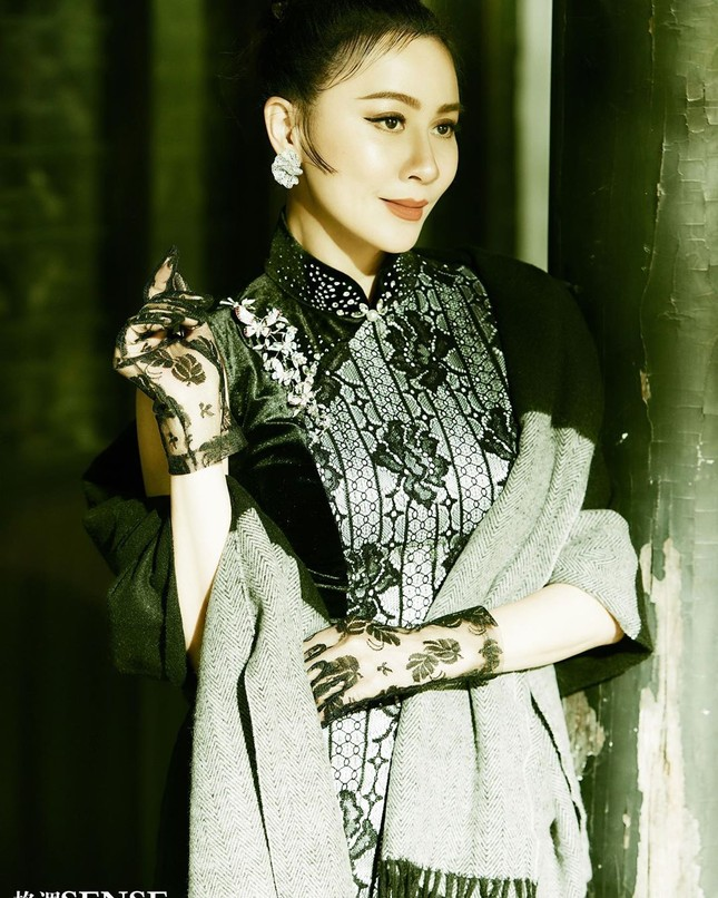 'Nữ hoàng màn ảnh' Lưu Gia Linh U60 vẫn quyến rũ lạ kỳ ảnh 9