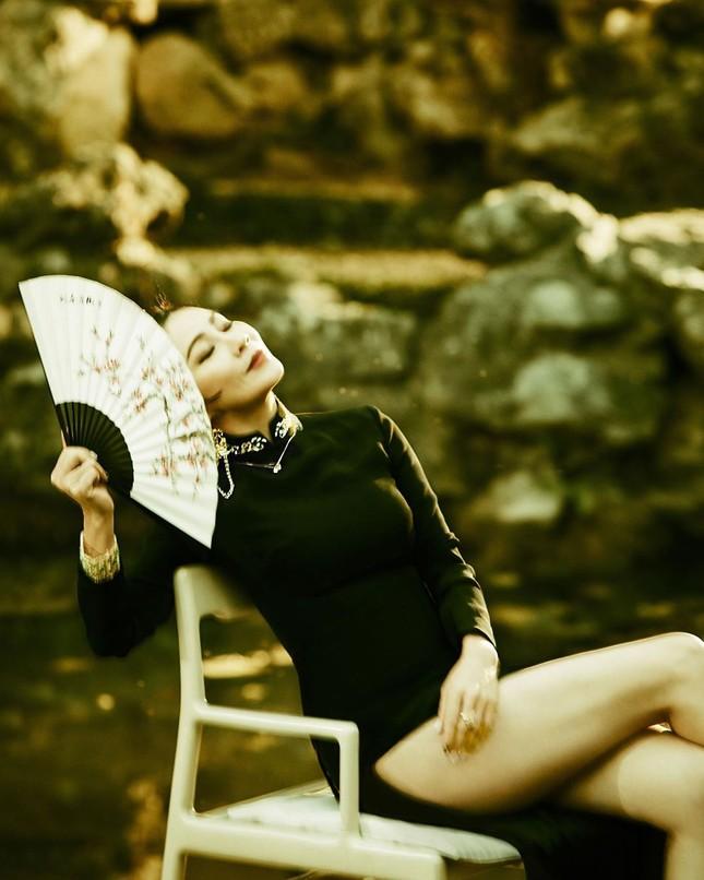 'Nữ hoàng màn ảnh' Lưu Gia Linh U60 vẫn quyến rũ lạ kỳ ảnh 1