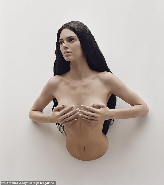 'Chân dài' đắt giá nhất thế giới táo bạo cởi áo che ngực trần ảnh 2