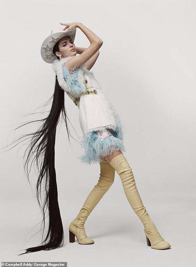 'Chân dài' đắt giá nhất thế giới táo bạo cởi áo che ngực trần ảnh 3