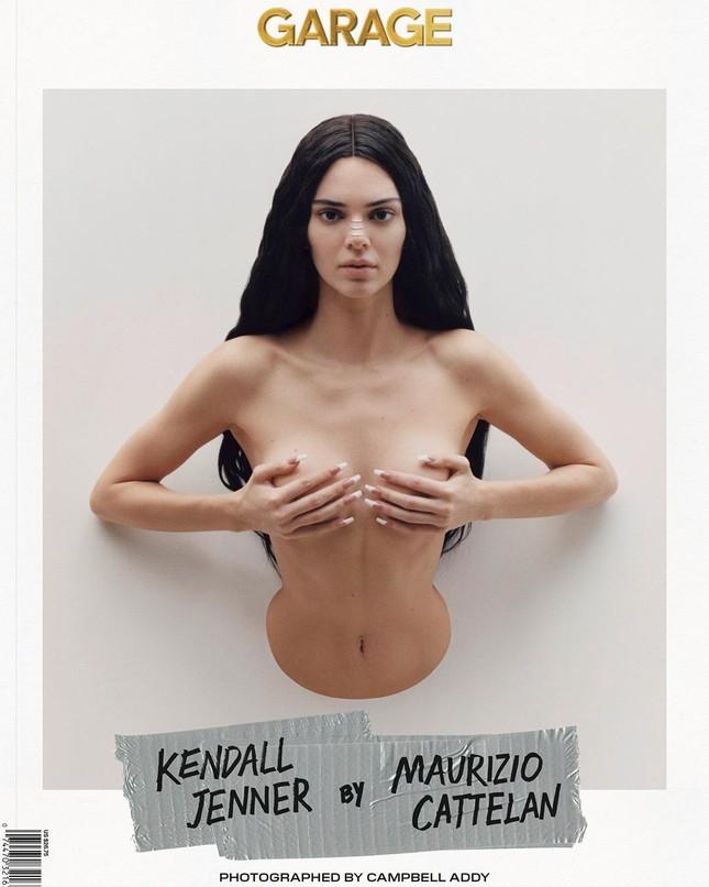 'Chân dài' đắt giá nhất thế giới táo bạo cởi áo che ngực trần ảnh 1