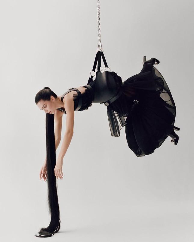 'Chân dài' đắt giá nhất thế giới táo bạo cởi áo che ngực trần ảnh 7