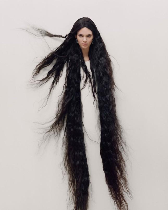 'Chân dài' đắt giá nhất thế giới táo bạo cởi áo che ngực trần ảnh 9