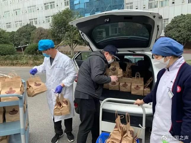 Tiệm cà phê ở Vũ Hán miễn phí cho các bác sĩ chống dịch covid-19 ảnh 2