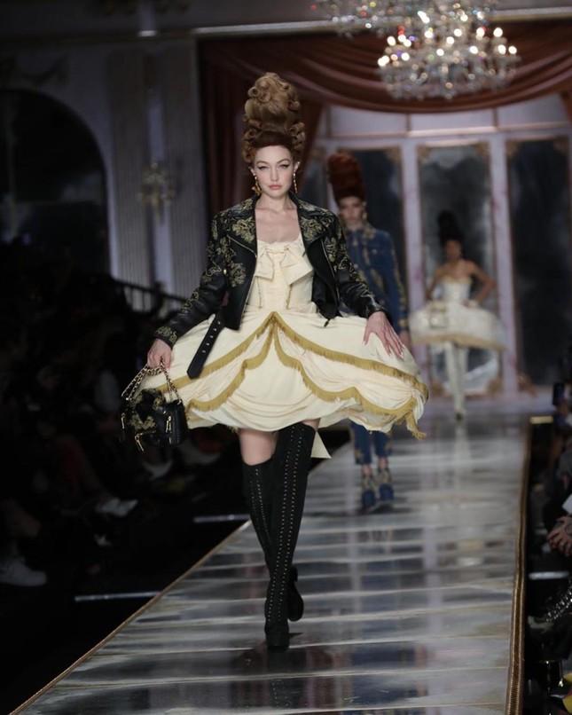 Irina Shayk và dàn mỹ nhân mặc váy lồng bàn trong show Moschino ảnh 9