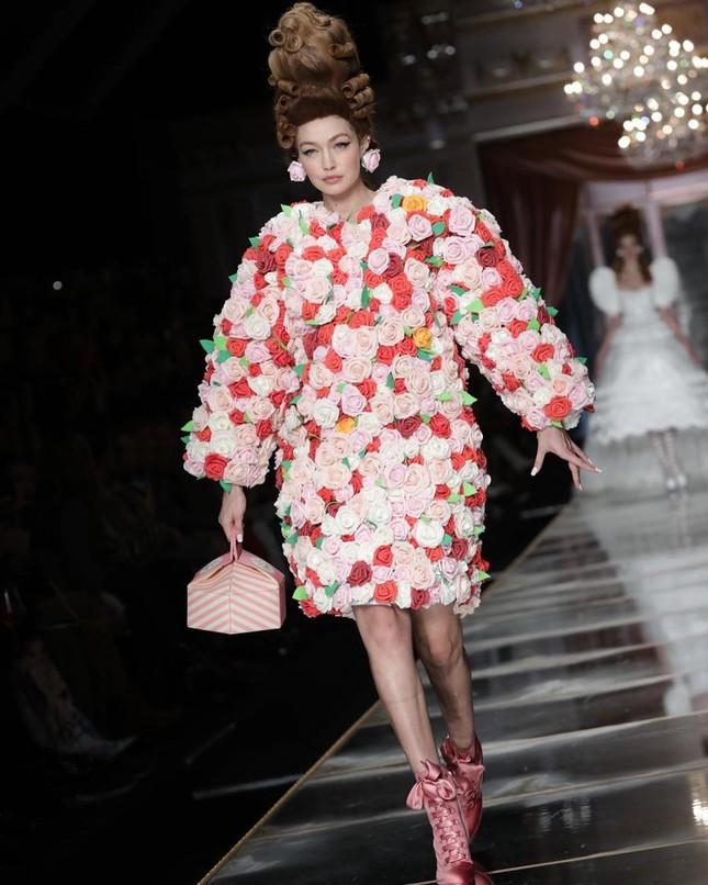 Irina Shayk và dàn mỹ nhân mặc váy lồng bàn trong show Moschino ảnh 7