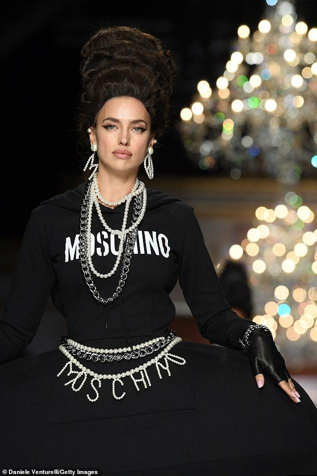 Irina Shayk và dàn mỹ nhân mặc váy lồng bàn trong show Moschino ảnh 11