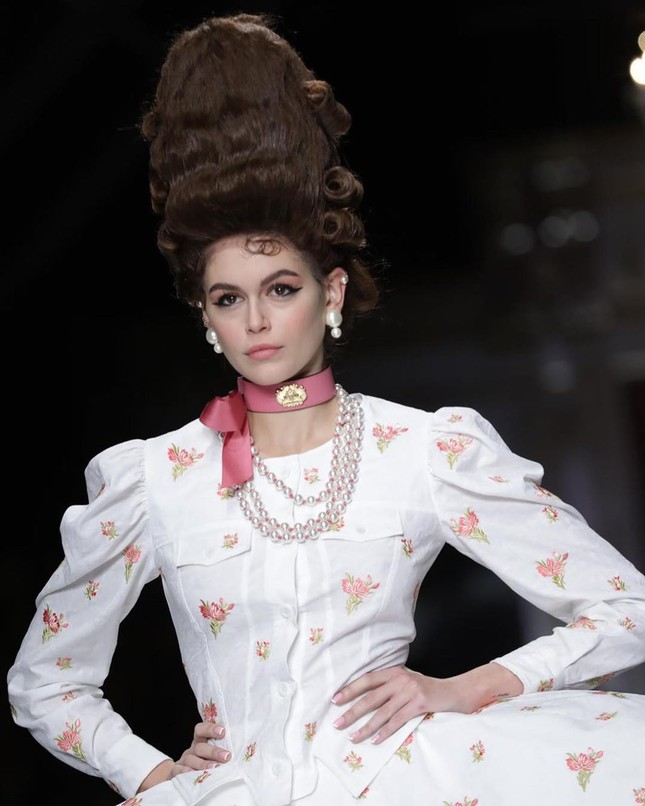 Irina Shayk và dàn mỹ nhân mặc váy lồng bàn trong show Moschino ảnh 13