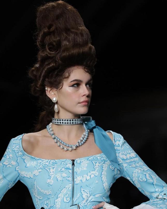 Irina Shayk và dàn mỹ nhân mặc váy lồng bàn trong show Moschino ảnh 16
