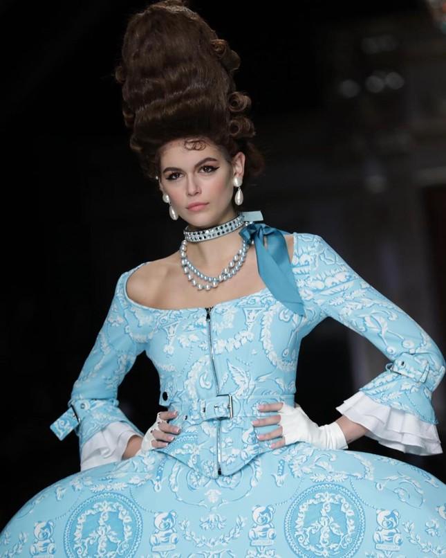 Irina Shayk và dàn mỹ nhân mặc váy lồng bàn trong show Moschino ảnh 17