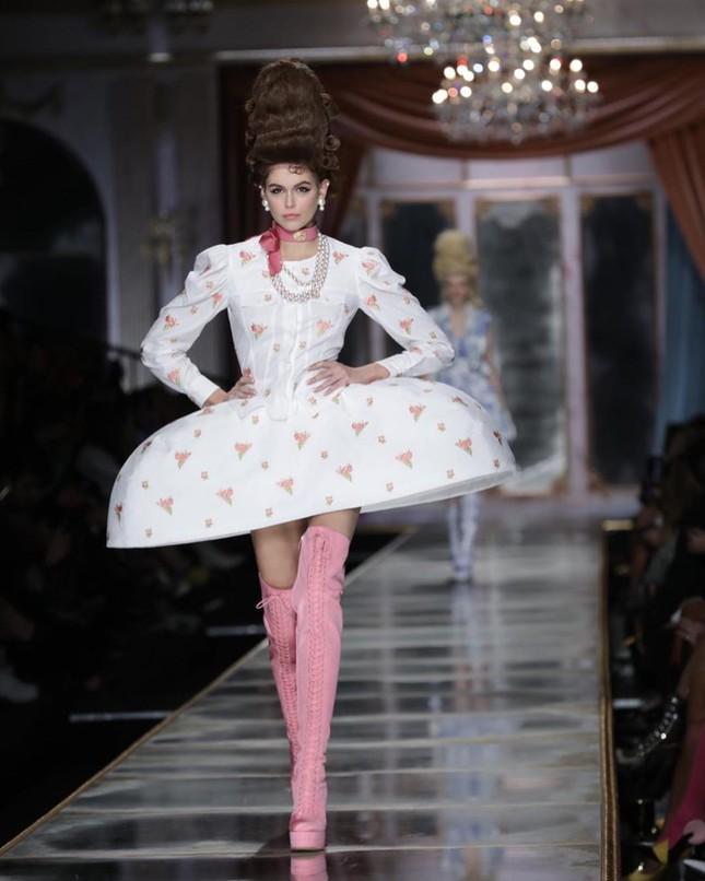 Irina Shayk và dàn mỹ nhân mặc váy lồng bàn trong show Moschino ảnh 14