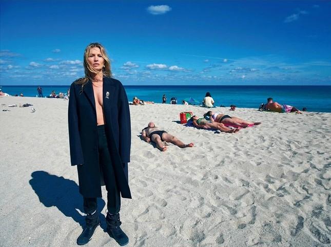 Kate Moss 'thả rông' ngực trần quyến rũ ảnh 2