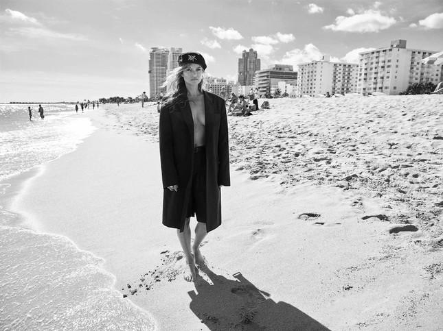 Kate Moss 'thả rông' ngực trần quyến rũ ảnh 3