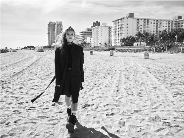 Kate Moss 'thả rông' ngực trần quyến rũ ảnh 8