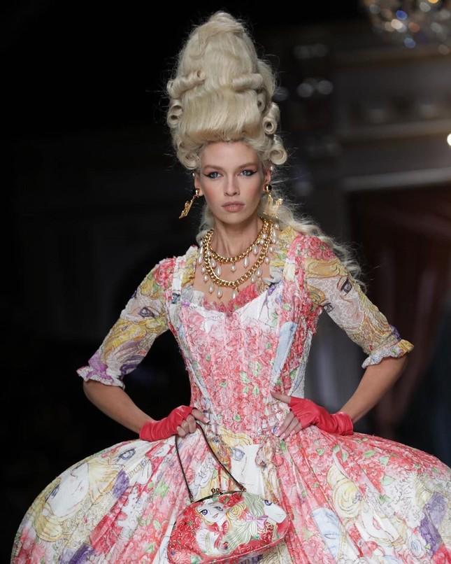 Irina Shayk và dàn mỹ nhân mặc váy lồng bàn trong show Moschino ảnh 20