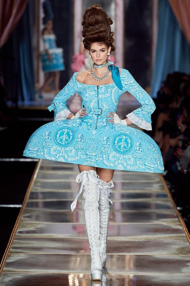 Irina Shayk và dàn mỹ nhân mặc váy lồng bàn trong show Moschino ảnh 18