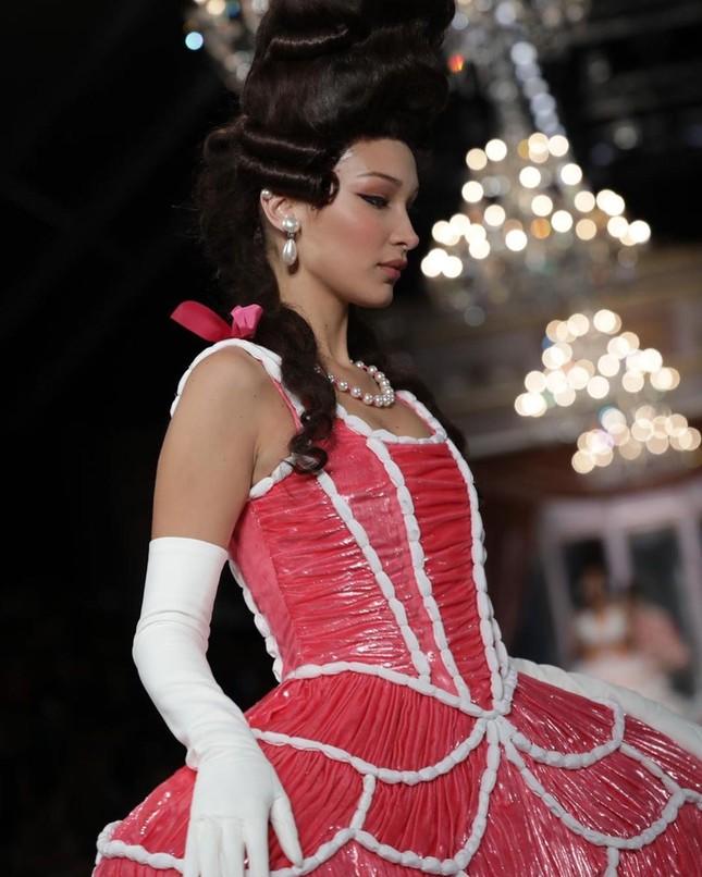 Irina Shayk và dàn mỹ nhân mặc váy lồng bàn trong show Moschino ảnh 2