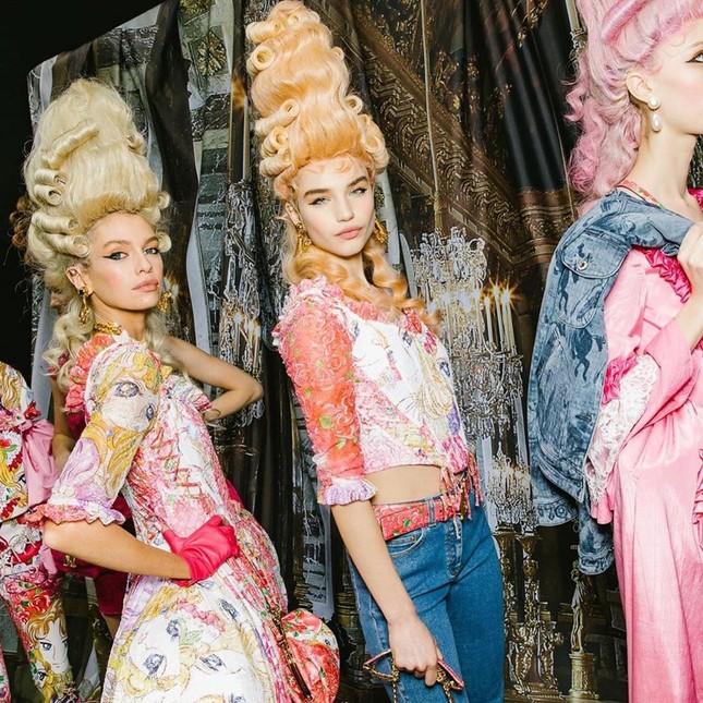 Irina Shayk và dàn mỹ nhân mặc váy lồng bàn trong show Moschino ảnh 21