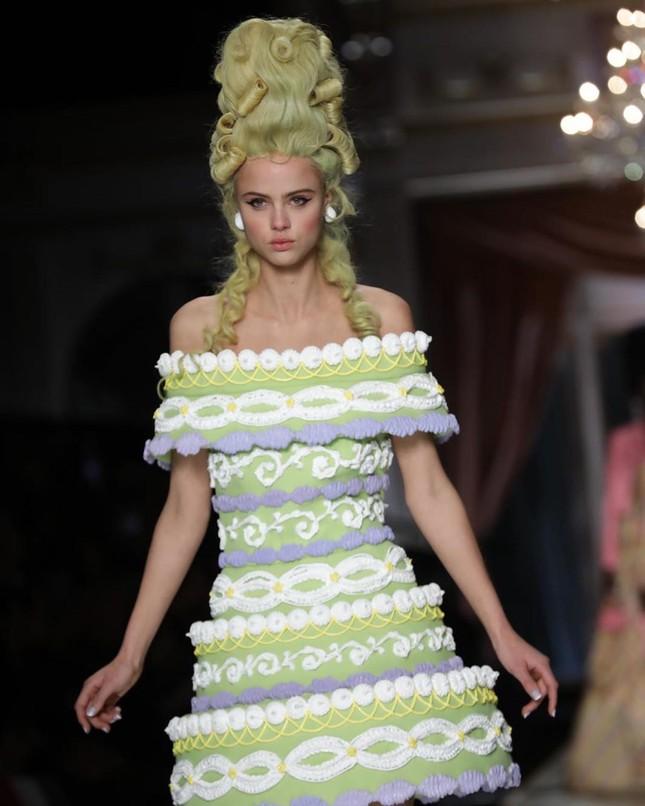 Irina Shayk và dàn mỹ nhân mặc váy lồng bàn trong show Moschino ảnh 27