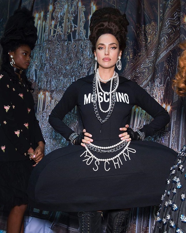 Irina Shayk và dàn mỹ nhân mặc váy lồng bàn trong show Moschino ảnh 10