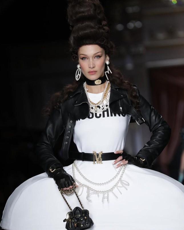 Irina Shayk và dàn mỹ nhân mặc váy lồng bàn trong show Moschino ảnh 3